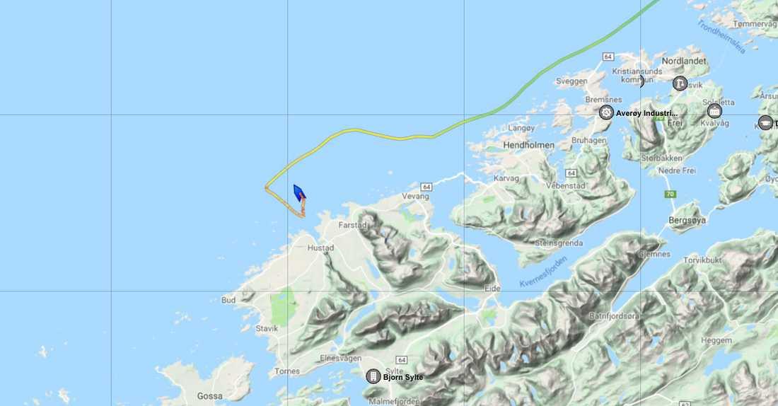 Fartyget befinner sig längs den norska kusten i höjd med Kristiansunds kommun. Linjen visar fartygets rutt och av den kan man utläsa att fartyget har någon form av problem.