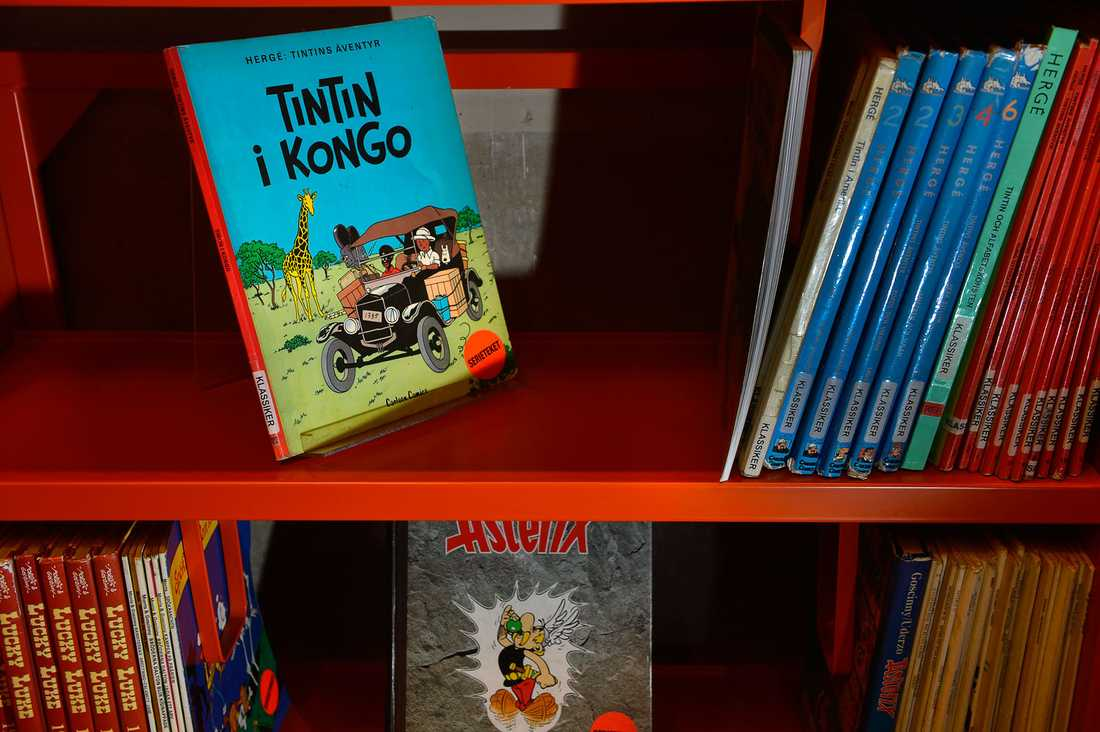 Tintin i Kongo i en bibliotekshylla.