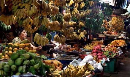På marknaden hänger frukt i massor likt stora draperier.
