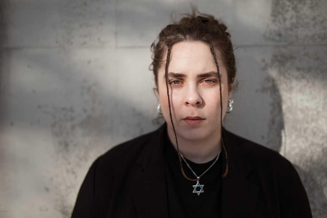 """Hanna Rajs Lara (f 1991) debuterade 2018 med diktsamlingen """"Armarna""""."""