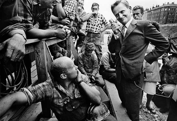 Tidigare opublicerat foto – dåvarande utbildningsministern Olof Palme träffar arbetare under valrörelsen 1968.