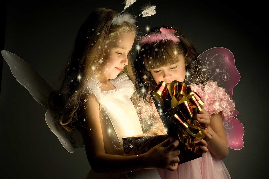 JULEN ÄR INTE BARA MAGISK Alla föräldrar vill ge sina barn den allra bästa julen, många har dock inte råd. Ensamma mammor skriver till välgörenhetsorganisationerna och ber om pengar till ett par skridskor.