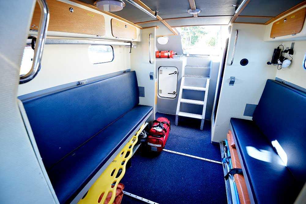 Här finns britsar där passagerare kan sitta. En ambulansbår, som inte kommer att finnas med i Grekland. Däremot en enklare ryggbräda/spineboard, som både kan användas för att plocka upp människor ur vattnet och för att bära en sjuk/skadad person. Här finns också en akutväska med hjärtstartare och förbandsmaterial. – Vi kommer att behöva många filtar. Yllefiltar är det effektivaste sättet att få upp värmen eftersom de värmer upp även om de blir blöta, säger Anna Henningsson.