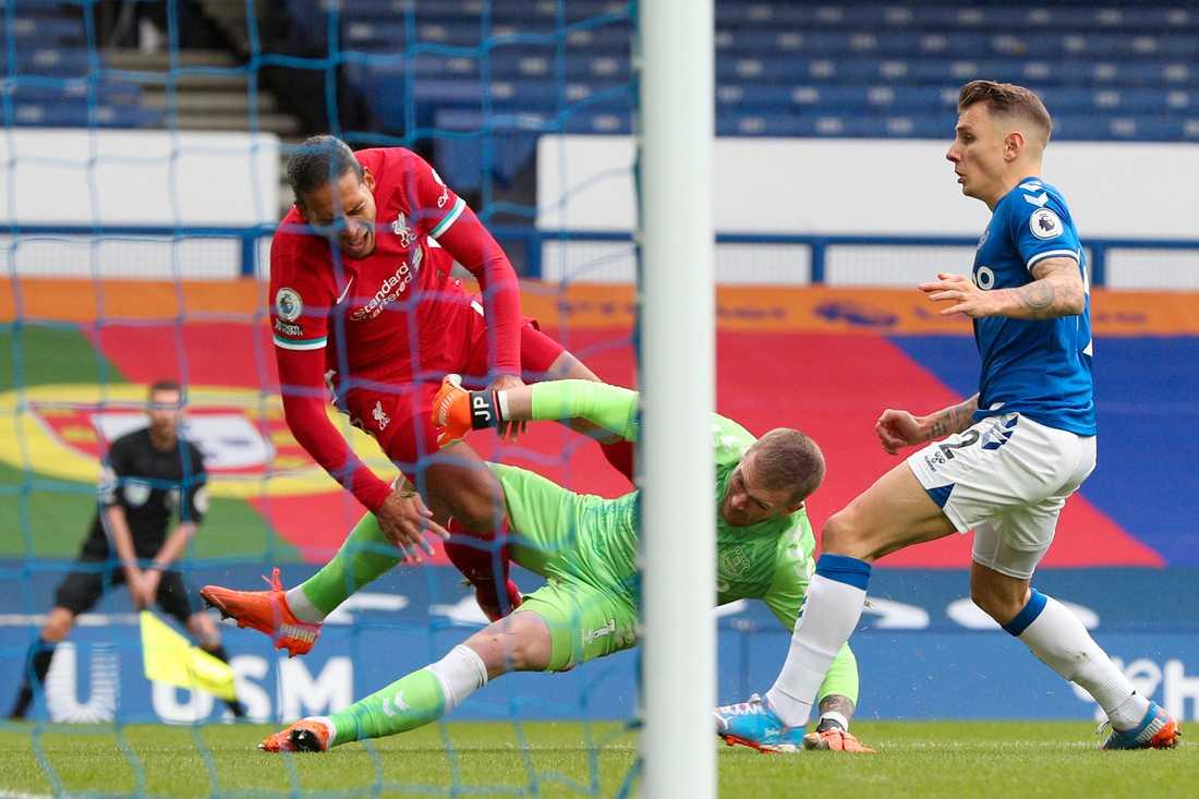 Liverpools Virgil van Dijk i duellen med Evertons Jordan Pickford som ledde till en korsbandsskada.