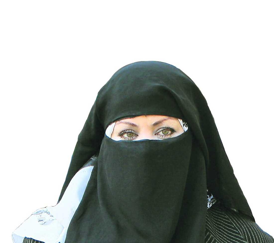 Kvinna i niqab-slöja.