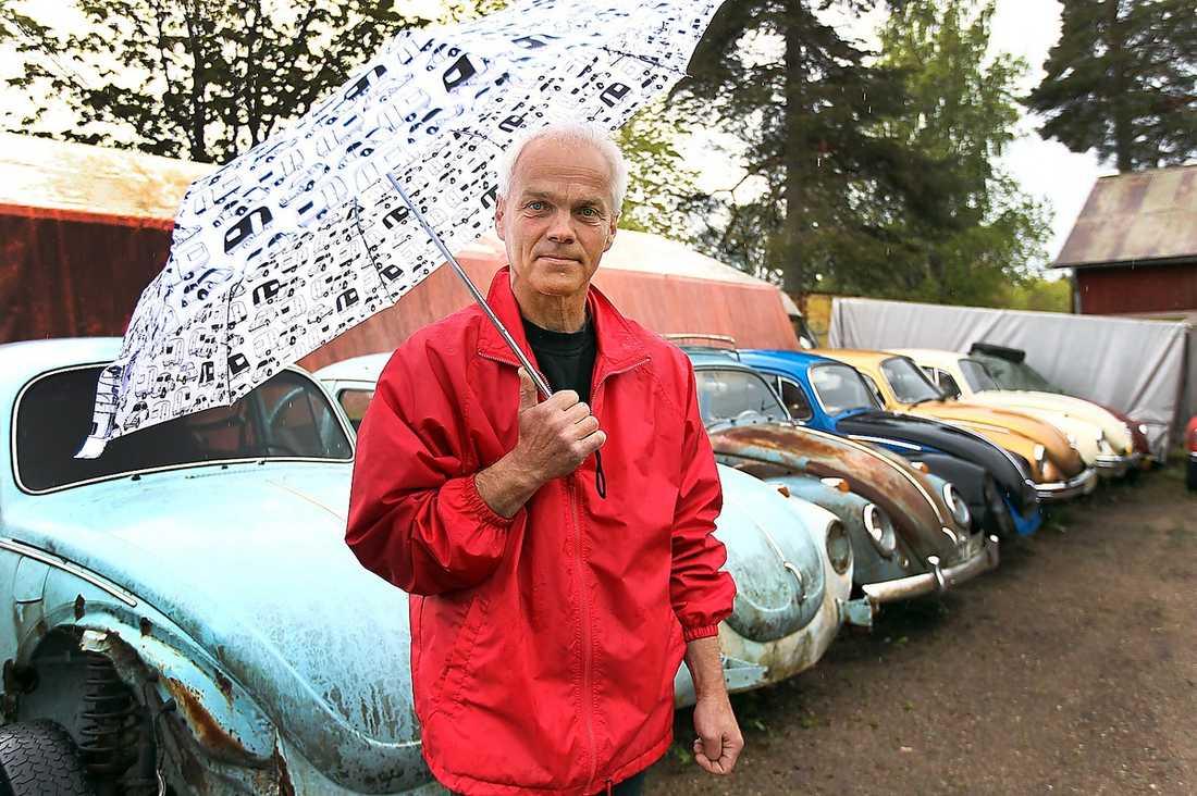 """ALLA RULLAR De flesta av bilarna är körklara. """"Jag brukar ha två, tre i trafik om året, sen byter jag. Favoriten är en röd 60:a."""", säger Ulf Andersson."""