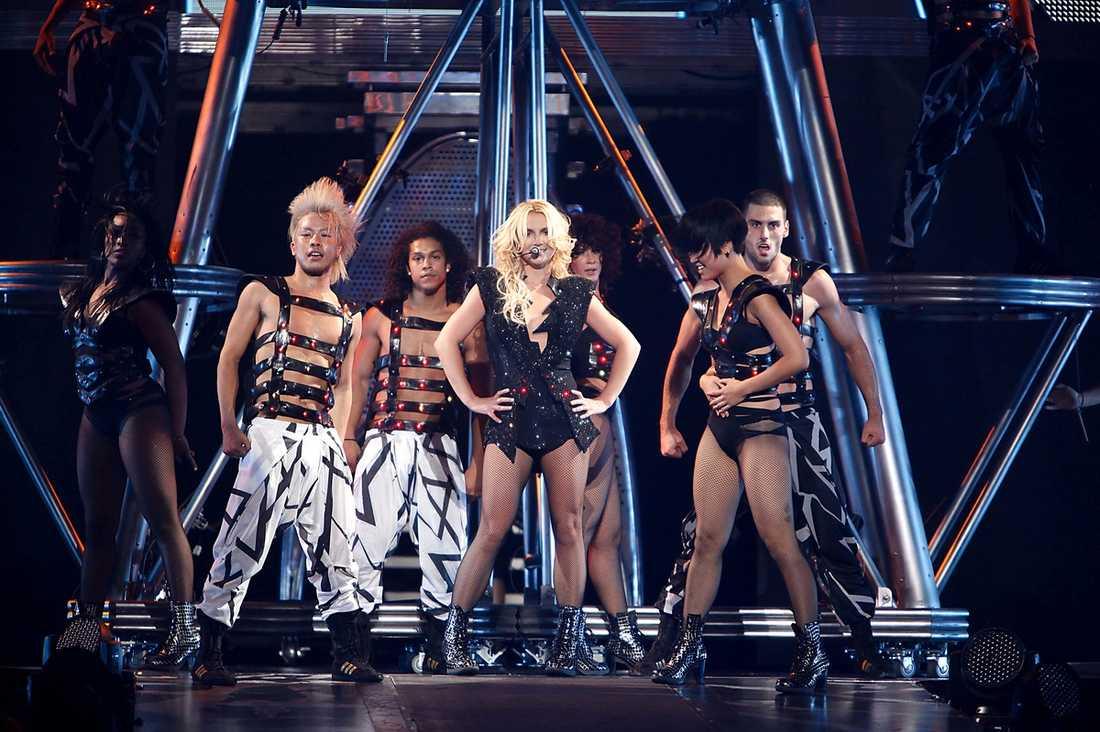 """FLÅSAR GAGA I NACKEN  Britney Spears turnépremiär lovar väldigt mycket inför Sverigebesöken i Malmö den 11 oktober och Stockholm den 16 oktober. Efter Lady Gagas """"Monster ball""""-turné har standarden för en modern scenshow vänts upp och ner."""