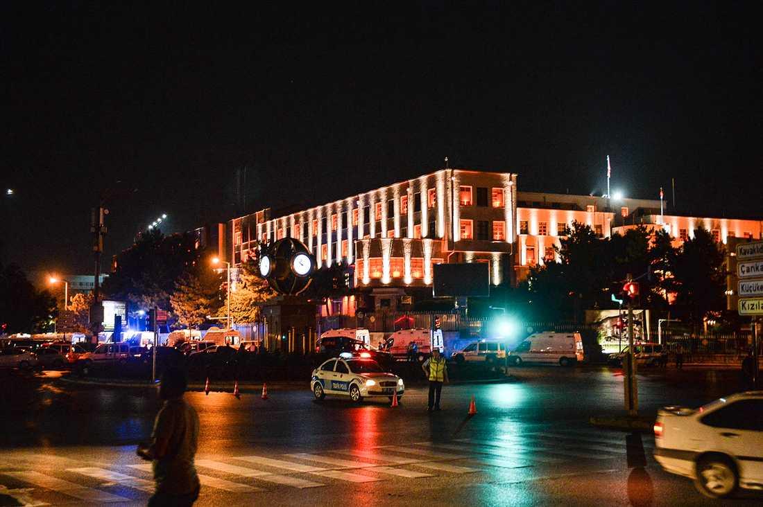 Polis håller vakt vid militärens högkvarter i Ankara.