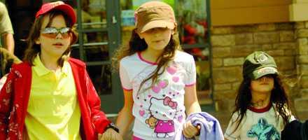 """11-årige Prince Michael I, dottern Paris, 10, och sonen Prince Michael II, 6, utan maskering.Eftersom barnen inte liknar Michael Jackson före hans hudsjukdom har många trott att popsångaren inte är deras biologiska far. Men Michael nekar: – Med alla tre barnen var det min sperma som användes tillsammans med surrogatmammor, sa Michael Jackson 2002 i dokumentären """"Living with Michael Jackson""""."""
