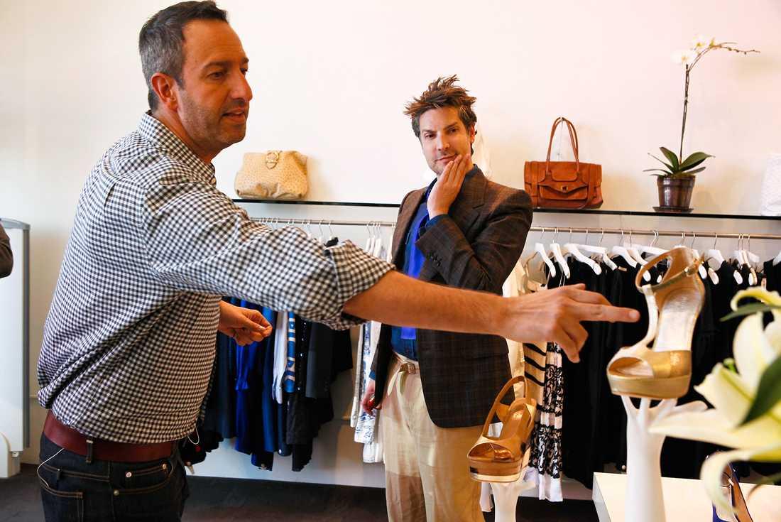 """Christos Garkinos, till vänster, och Cameron Silver, till höger, äger vintagebutiken Decades i Los Angeles och syns även i reality-showen """"Dukes of Melrose"""" där tittarna får följa livet i butiken. Cameron Silver släpper nu en bok om vintagemode."""