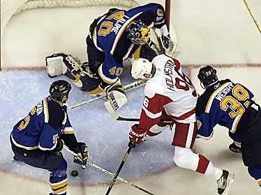 """I MÅLFORM De nya NHL-reglerna har gjort att kämpen Tomas Holmström får mer utrymme framför kassen. Men """"Ångävlten från Piteå"""" får inte härja helt fritt, som bilden tydligt visar."""