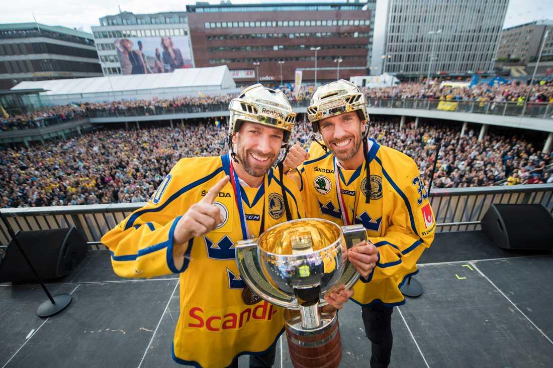 Joel och Henrik Lundqvist med VM-bucklan 2017.