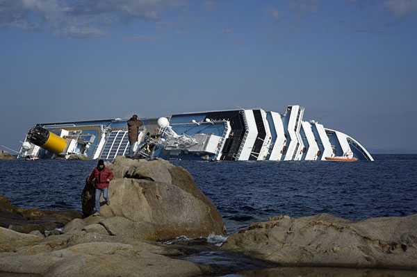 Kryssningsfartyget Costa Concordia till hälften dolt av vatten.
