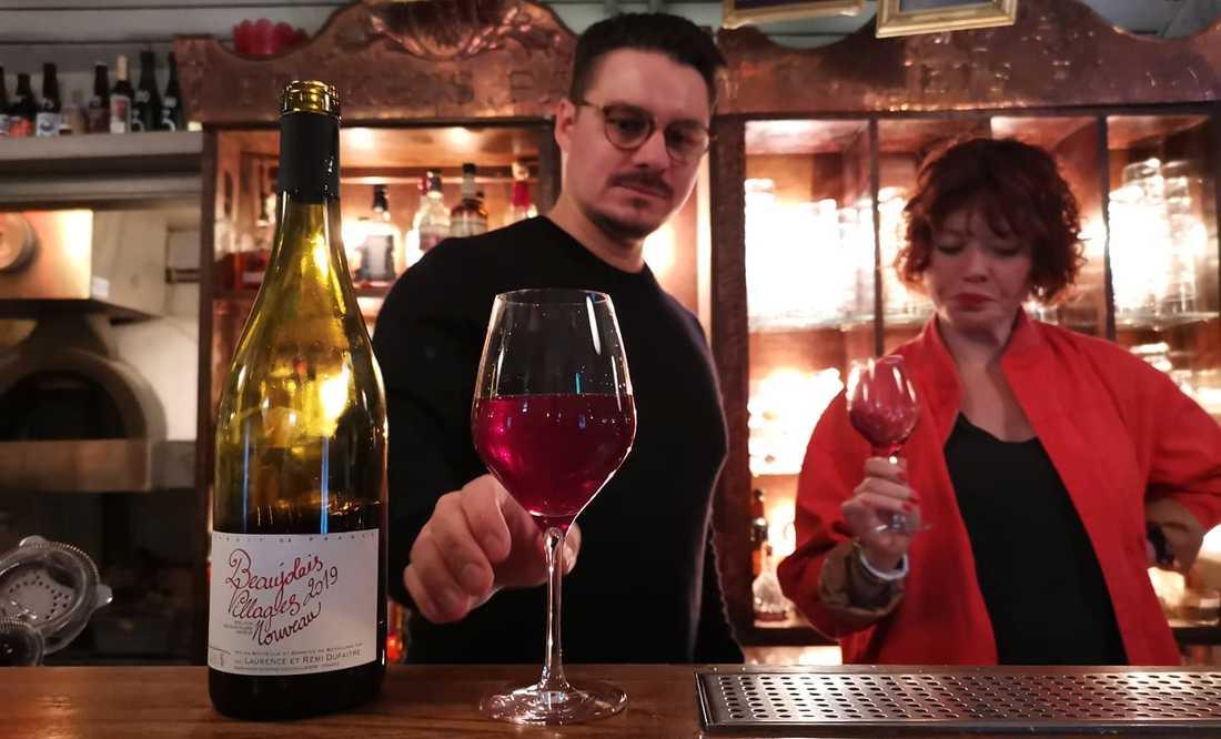 Jonas Letelier, ägare av Far i Hatten, och Ida Sundqvist, vinimportör, provar årets första gamay från producenten Remi Dufaitre.