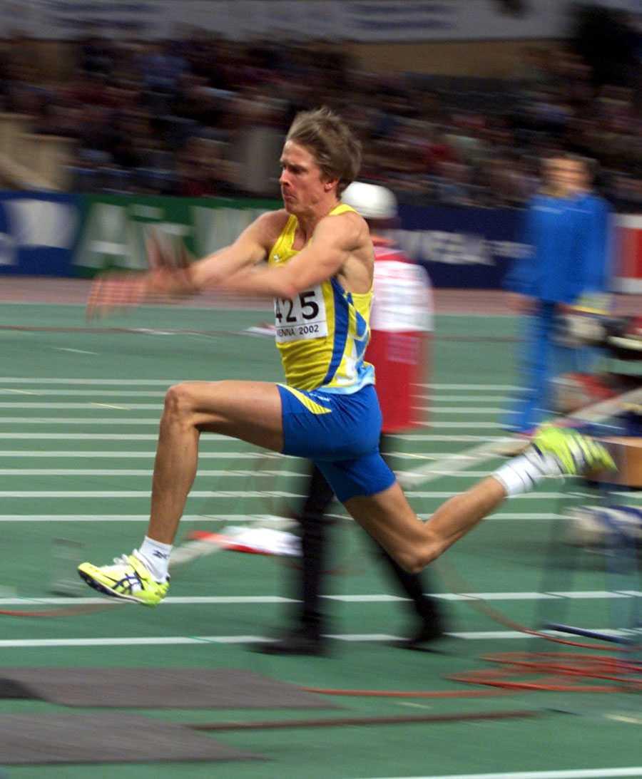 INOMHUS-EM I WIEN 2002 Första guldet på seniornivå. Christian Olssons segerhopp mätte 17,54.