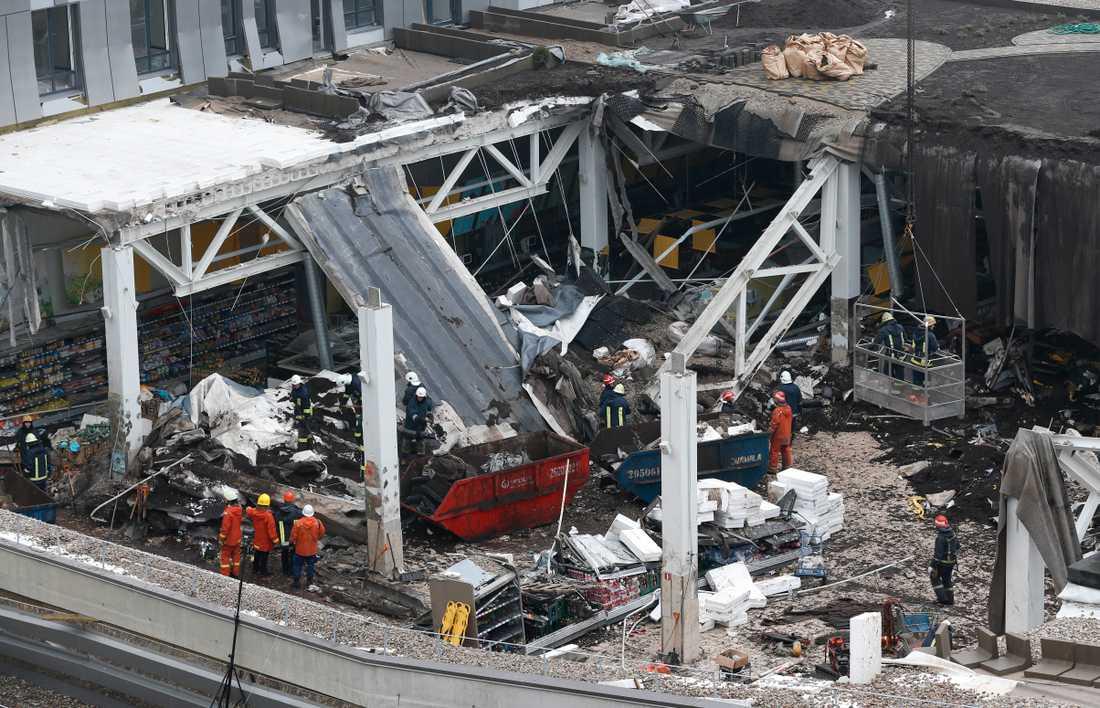 Räddningsarbetare vid den raserade stormarknaden i november 2013. Arkivbild.