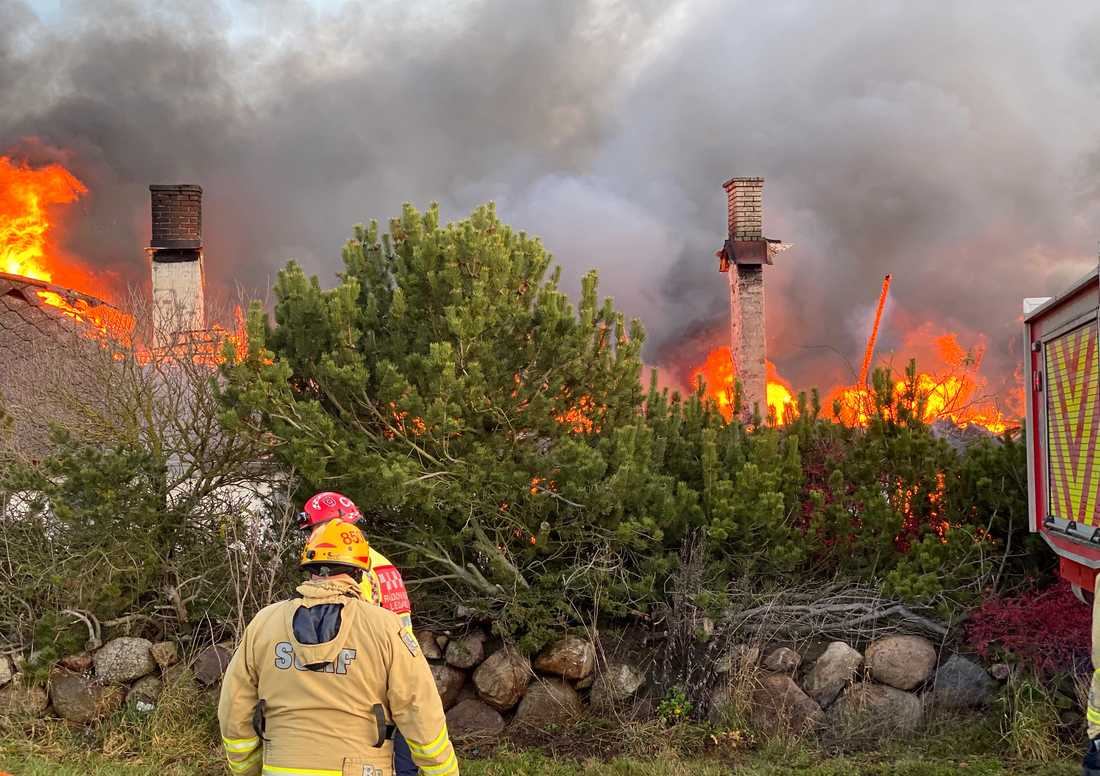 En kraftig brand rasar på ett frölager utanför Kivik.