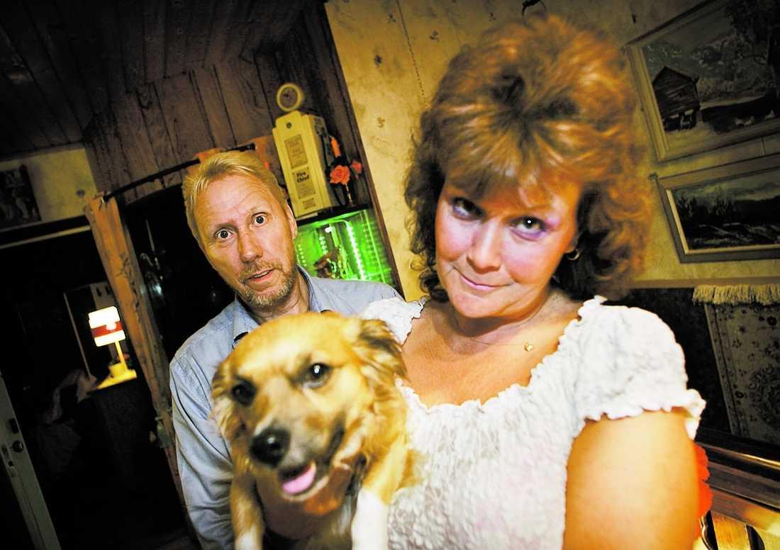 """NYTT HOPP Försvunne Bamses husse Lars Ullstrand och matte Maina Ullstrand blir både överraskade och rörda när de hör om den anonyme miljardärens insats. """"Jag hoppas verkligen att det här gör så att vi får tillbaka Bamse"""", säger Maina. Tarzan, 5, saknar också sitt sällskap."""