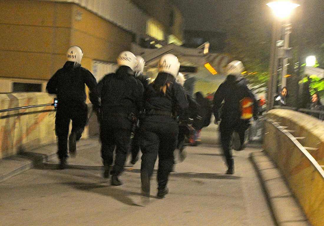 Poliser rusar mot ungdomar i Husby.