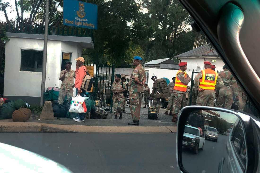 Sydafrikas militär kommer att bistå polisen när strikta karantänsåtgärder införs. Här samlas soldater vid en militäranläggning i Johannesburg på måndagen.