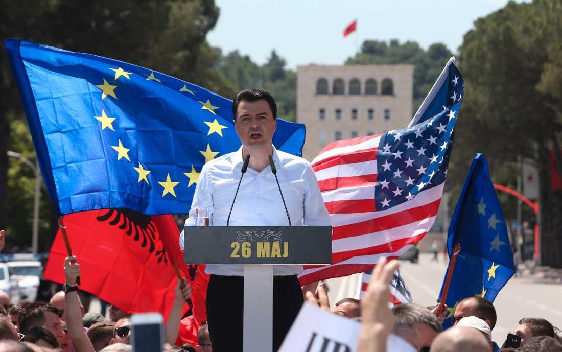 Även oppositionen i Albanien viftar gärna med EU-flaggan – även om högerledaren Luzim Basha gärna ser ett regeringsskifte på hemmaplan. Arkivfoto.