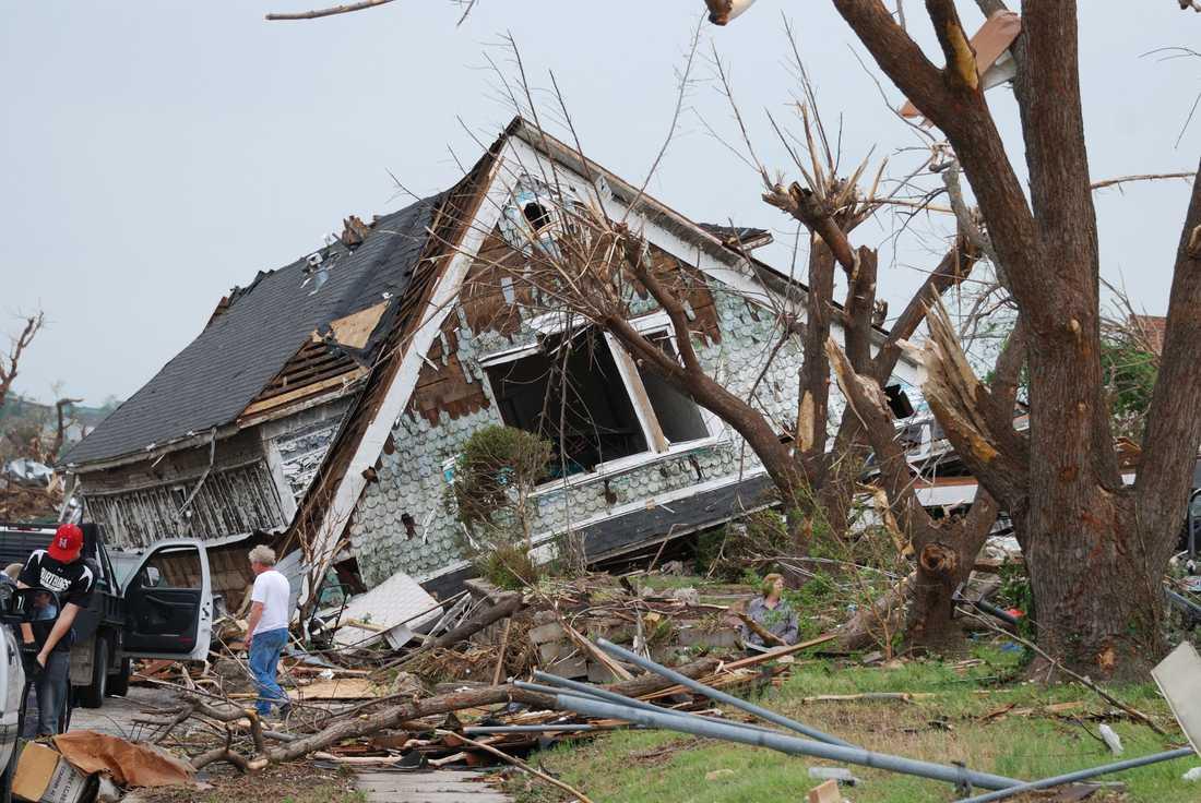Ett halvt hus ligger avslitet på marken i en del av staden Joplin.