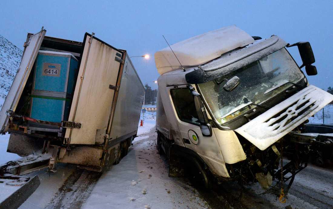 Lastbilsolycka på Farstabron 2016. Bilden har inget samband med texten i övrigt.