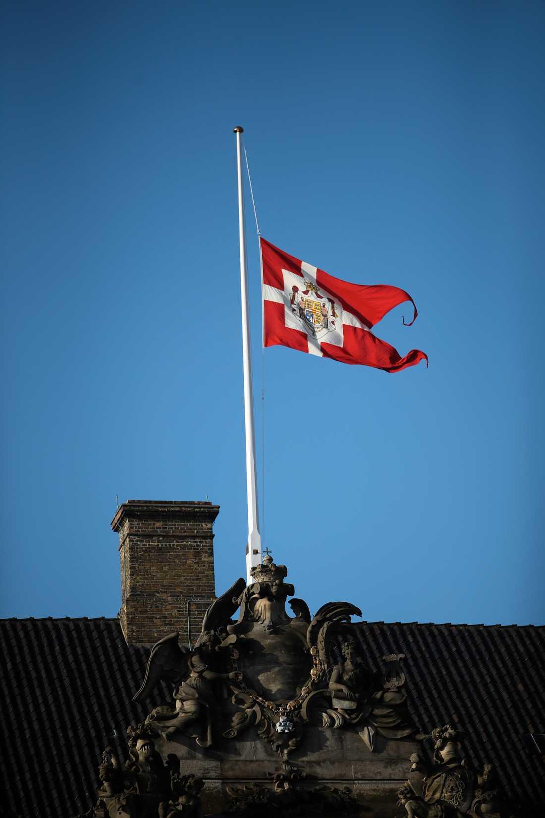 Flaggan vajar på halv stång vid slottet Amalienborg i Köpenhamn efter prins Henriks bortgång.