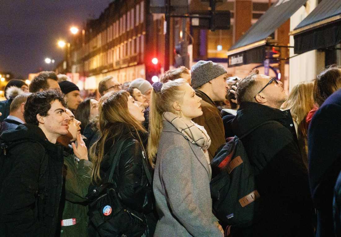 Londonbor försökte få en glimt av valbevakningen från en teve på en pub.