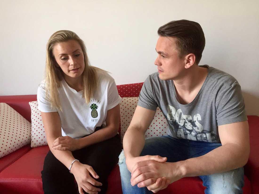 Isabelle Gulldén och Linus Persson hemma i vardagssoffan.