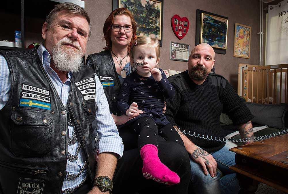 Göran Andersson, till vänster, är svårt sjuka Julias fadder. Han är medlem  i motorföreningen DACA, som Julia och hennes familj får stöd och hjälp av. Här syns de tillsammans med Annika och Fredrik Ström från DACA.