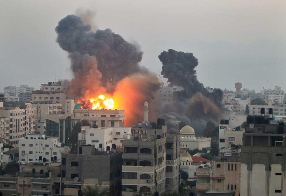 Eld och rök bland byggnader i Gaza City efter nya raketattacker på måndagsmorgonen.