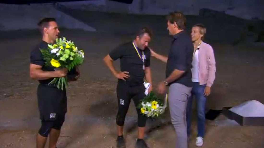 Richard Richardsson belönas med en medalj av programledaren Micke Leijnegard.