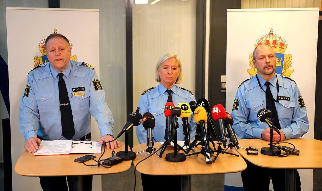 Stefan Sintéus, polismästare Malmö, Carina Persson, regionpolischef Syd och Erik Jansåker, lokalpolisområdeschef för Malmö söder, vid polisens presskonferens om gårdagens explosion utanför Polishuset i Malmö.