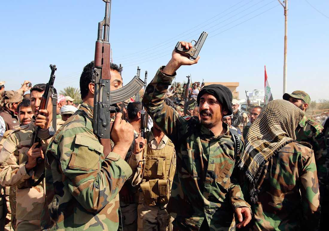 Soldater samlade vid Udhaim dam.