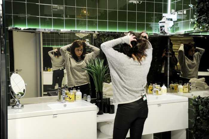 """Kamerorna följer deltagarna konstant. Till och med inne på toaletten, enligt bildproducenterna enbart för att man inte ska kunna gå in dit och viska (eller hångla). Observera """"spegeln"""" som egentligen är en ruta som bildproducenterna kan filma igenom."""