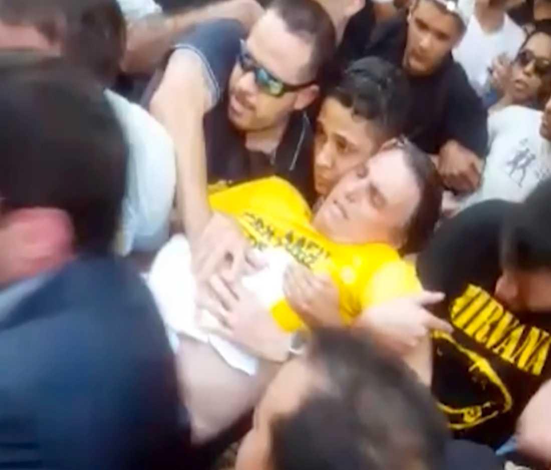 Stillbild ur video med den skadade Bolsonaro efter attacken i Minas Gerais i september förra året.