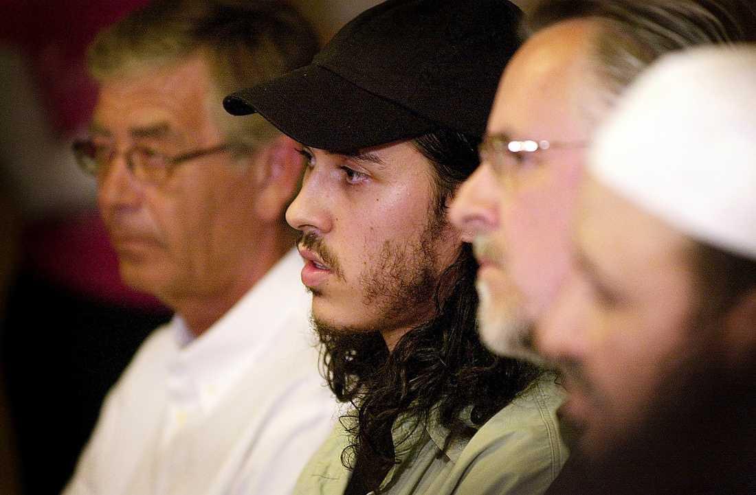 LÅSTES IN Örebroaren Mehdi Ghezali, 32, låstes in på Guantánamobasen på Kuba i januari 2002. Där satt han fram till juli 2004 – utan att anklagas för något brott. Strax efter hemkomsten till Sverige höll han en presskonferens tillsammans med bland andra advokat Peter Althin och sin pappa.