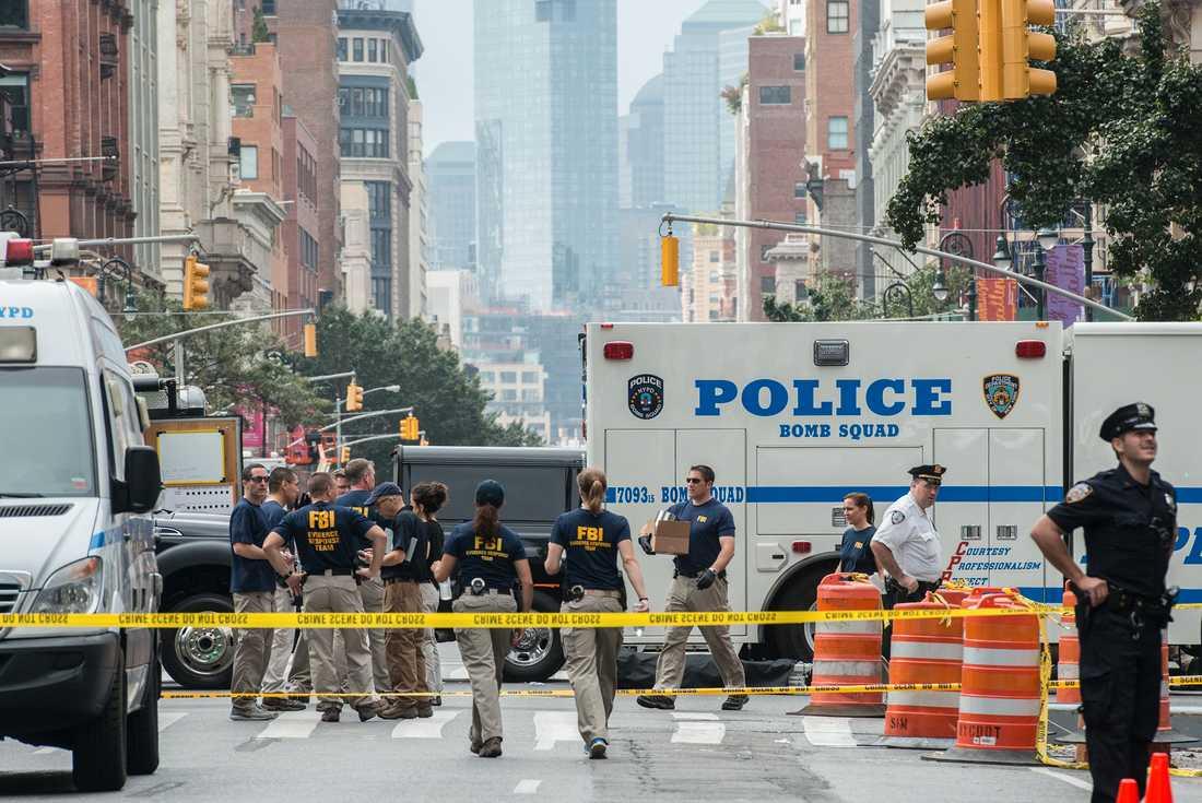FBI undersöker platsen där bomben exploderade.