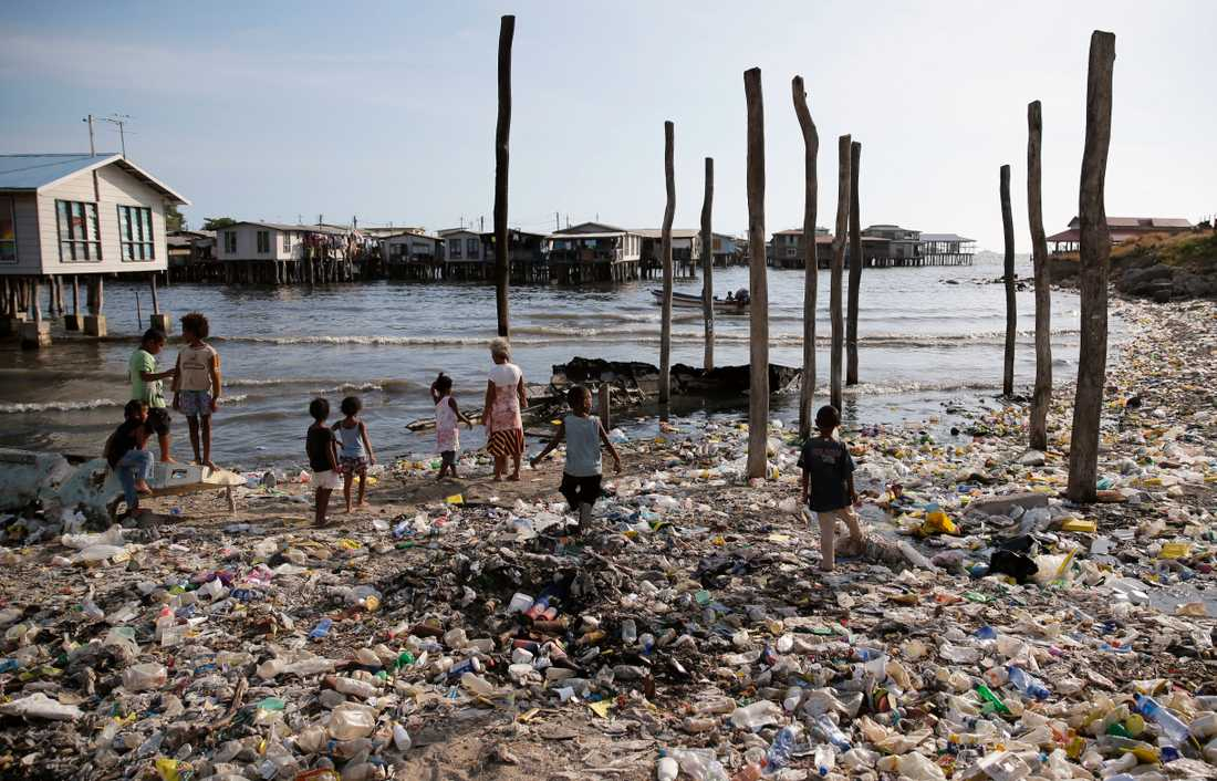 Plasten som hamnar i haven kan transporteras långt med hjälp av havsströmmar. Det är inte sällan plast transporteras över hela jorden. Bild från Port Moresby på Papua New Guinea.
