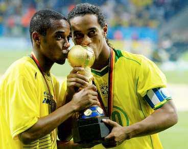 BRASSAR MED BUCKLA Robinho och Ronaldinho kysser pokalen efter 4-1 mot Argentina. Med bara ett år kvar till VM visar brassarna storform. Finns det någon som hota dem nästa sommar?