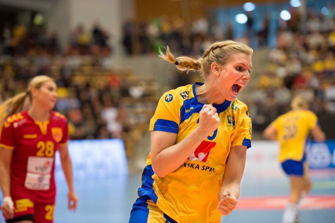 Skytten Jenny Alm jublar åt ett mål i landslaget. Nu kommer hon som lagkapten i svensktäta klubblaget Köpenhamn för att möta Alms tidigare klubb Sävehof i Champions League. Arkivbild.