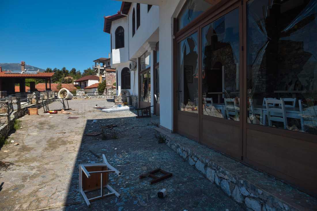 Det vandaliserade hotellet i den grekiska byn Árnissa. Bild från i fredags.