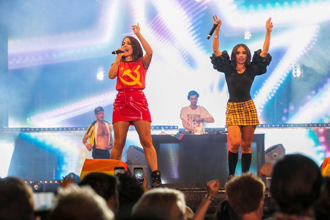 Rebecca & Fiona under sitt framträdande på Pride.