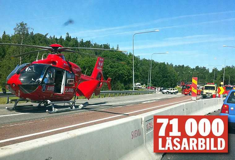 En motorcyklist hamnade i en ordentlig olycka i Skogås söder om Stockholm på midsommaraftons förmiddag.