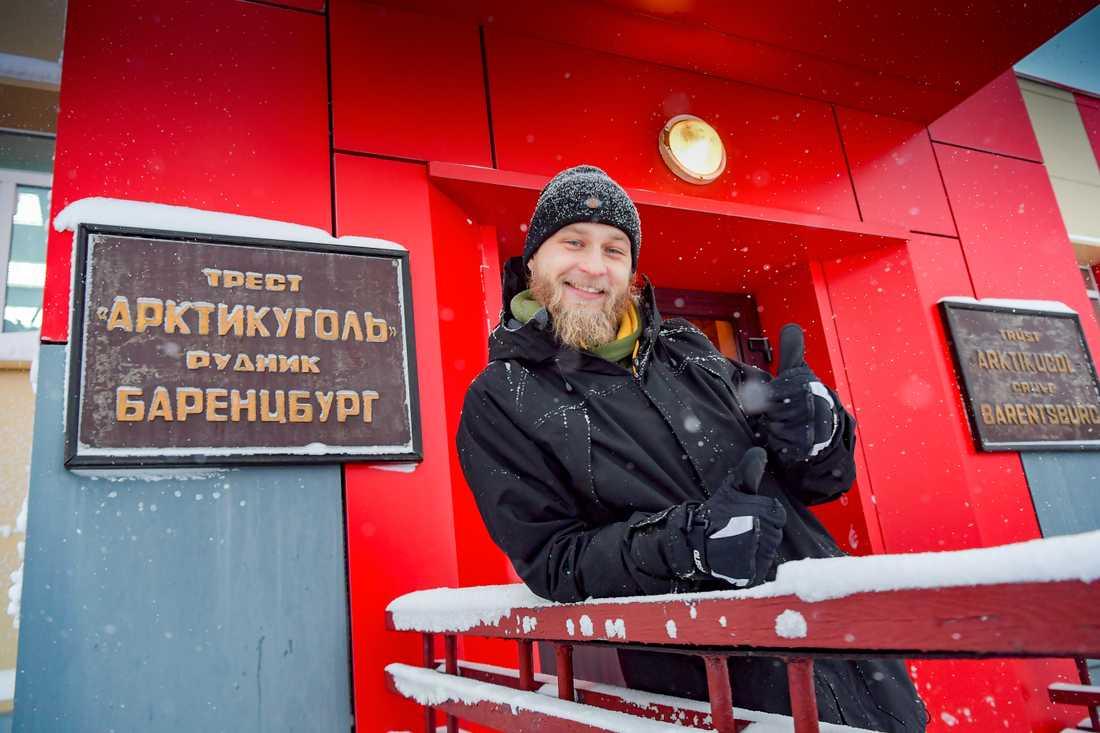 Ivan Velichenko bor och jobbar med turism i det ryska gruvsamhället Barentsburg. Här står han framför Arktikugols gruvkontor.