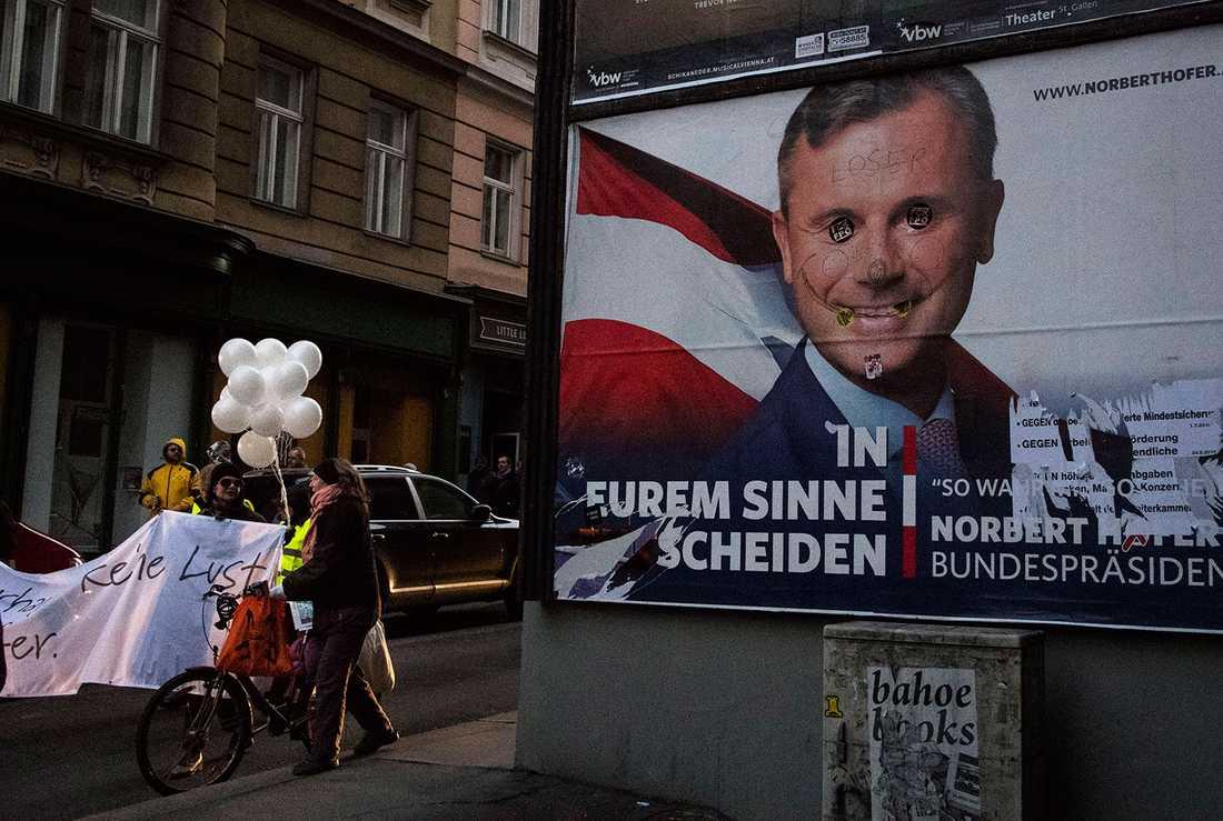 Klotter på affisch av Norbert Hofer.