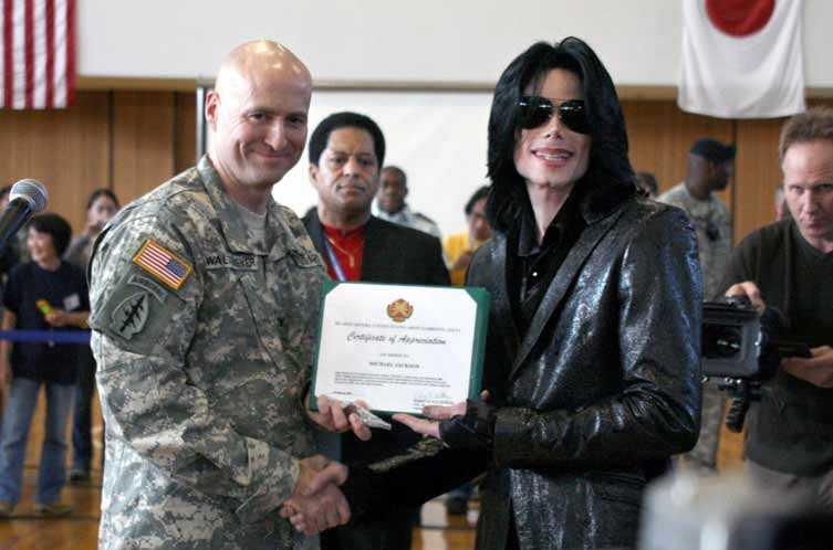 Michael Jackson besöker en amerikansk militärbas på Japan 2007.