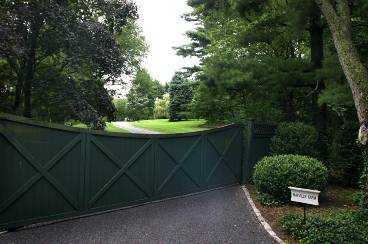 familjens hem Här på Mayville Farm, med tennisbanor och enorma strövområden på tomten, bor Jan Stenbecks änka Merrill i självvald anonymitet.