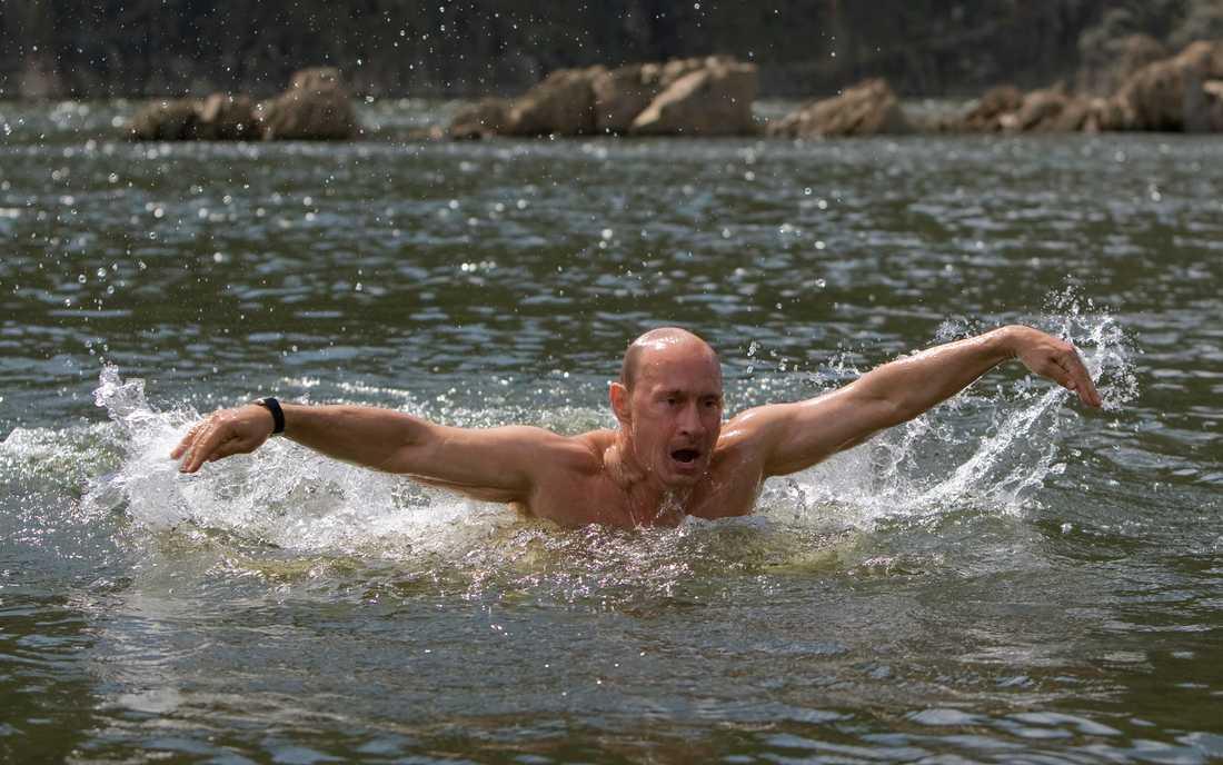 Vladimir Putin målas av rysk propaganda som stark och manlig. Gärna utövande idrott eller med skjutvapen.